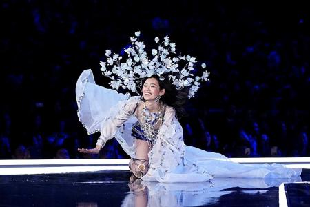 China lifts up model who fell on Victoria's Secret catwalk