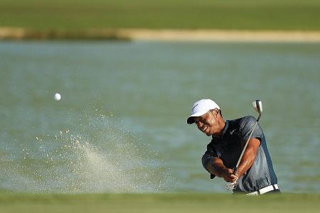 Tiger Woods struggles as bogeys slow his comeback
