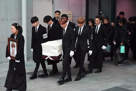 K-pop stars carry Jonghyun's coffin