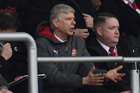 Arsenal manager Wenger called ref Dean a 'disgrace'