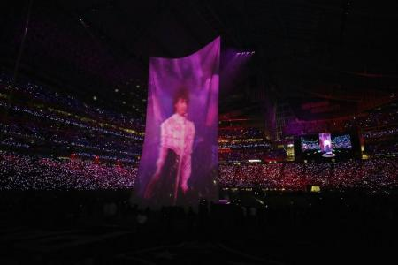 Justin Timberlake salutes Prince in Super Bowl half-time show