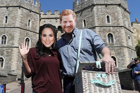 Tourists flock to Windsor in  royal wedding fever
