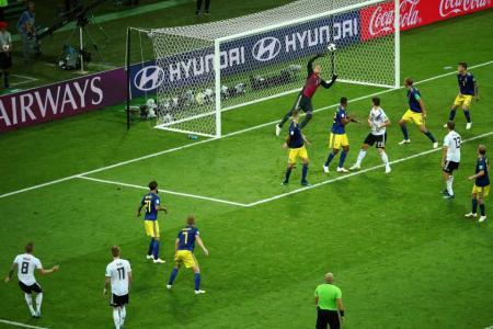 Kroos' late winner keeps Germany alive