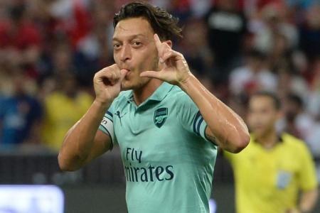 Oezil shines on return as Arsenal crush PSG