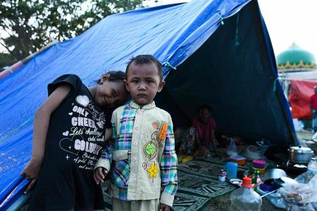 Quake victims struggle to survive as they resort to looting