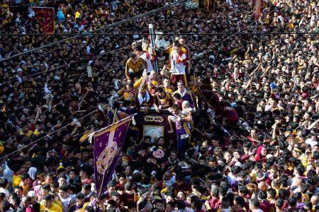 Hordes hoping for miracle throng Philippine Catholic procession