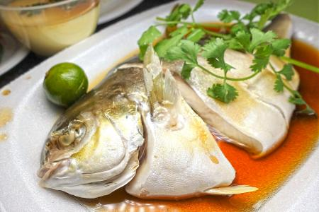 Makansutra: Cheap and good steamed fish dishes at Golden Mile