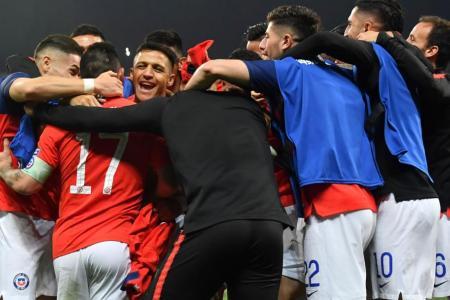 Sanchez scores winning penalty as Chile reach Copa America semis