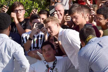 Juventus fans chant for Paul Pogba at Matthijs de Ligt's medical