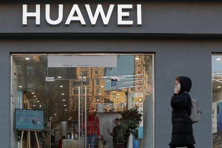 Huawei to give staff $390 million in cash rewards