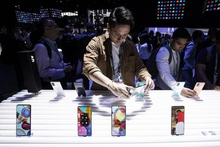 Samsung Electronics flags one-third drop in Q4 operating profits