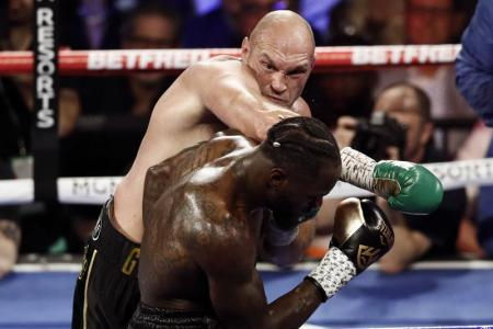 Tyson Fury (foreground) and Deontay Wilder