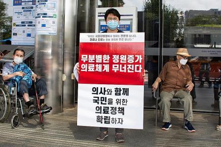 Seoul orders striking doctors back to work amid coronavirus surge