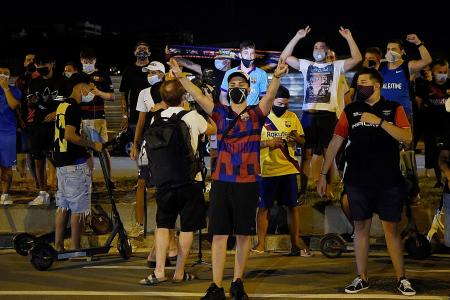 Barcelona fans chant for Messi to stay, want Bartomeu to quit