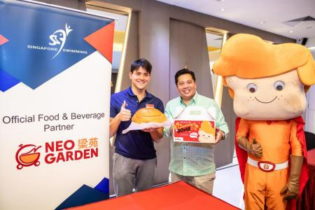 Schooling tries his hand at preparing 'Curry Bomb' in fund-raiser