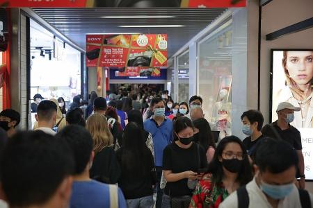 Crowds throng malls in final weekend before Christmas