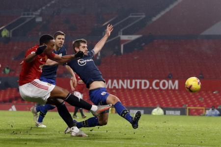 Manchester United hit 9 goals past 9-man Southampton