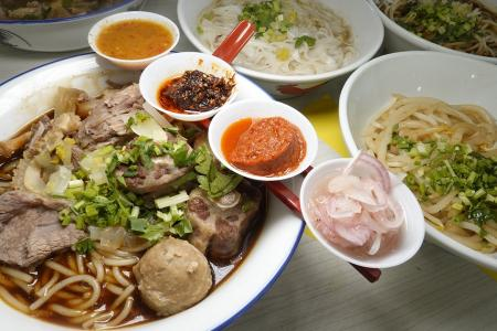 Makansutra: Glad to order from these Happy Hawkers