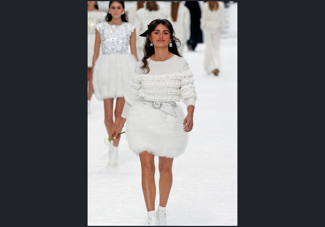 Chanel bids farewell to Karl Lagerfeld in last glitzy show