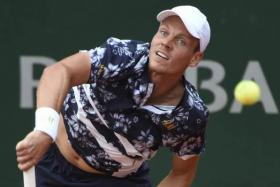 Czech Republic's Tomas Berdych returns the ball to Spain's Roberto Bautista Agut during their French tennis Open third round match at the Roland Garros stadium in Paris on May 30, 2014.