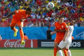 Leroy Fer (L) of the Netherlands scores a goal with a header during their 2014 World Cup Group B soccer match against Chile at the Corinthians arena in Sao Paulo June 23, 2014. REUTERS