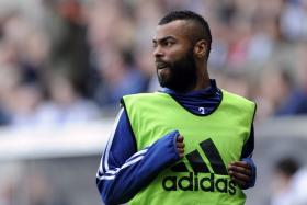 Former Chelsea and Arsenal defender Ashley Cole will be leaving the English Premier League to join Serie A side AS Roma.