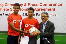 ON THE BALL: CIMB's Mak Lye Mun (right) posing with Ikhsan (centre) and Irfan at yesterday's signing ceremony.