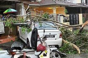 On Sunday afternoon, a heavy thunderstorm accompanied by hailstones hit several areas in Malaysia.