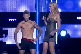 Justin Bieber was booed at Fashion Rocks as he stripped while introducing a musical performance by Rita Ora.