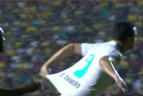 Santos forward Leandro Damiao tugging his shirt as he runs towards the goal during a corner kick against Criciuma on Sunday (Oct 12).