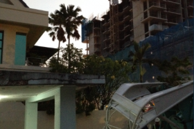 The boom of a construction crane fell yesterday afternoon, narrowly missing a home in Potong Pasir.