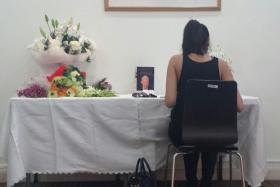 Sharina Kaur Shah paying her respects to Mr Lee Kuan Yew in Dubai.