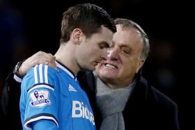 Sunderland manager Dick Advocaat has an ecouraging word with player Adam Johnson