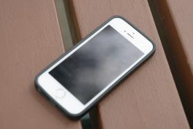 A Jordanian woman claims that her gynaecologist left his mobile phone in her abdomen.