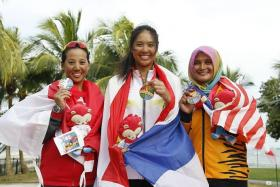WOMEN'S LASER RADIAL: Thai sailor Kamolwan Chanyim (centre) 