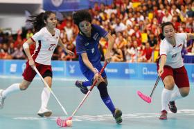 Thailand's Thoengkhunthod Sunaree (C) in action with Singapore's Felicia Lim Pei Ting (R).