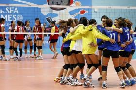 INSPIRATION: Thailand's (in blue) Onuma Sittirak scored 26 of her team's 75 points in the SEA Games volleyball final against Vietnam (in red).