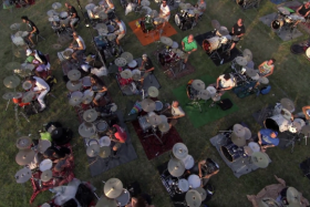 A thousand Foo Fighters fans came together to play a cover of the band's Learn To Fly in Italy.