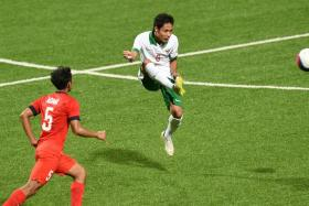 Indonesia's midfielder Evan Dimas Darmono (R) in action against Singapore during the 2015 SEA games.His performances has earned him a trial at Spanish club UE Llagostera.