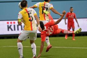 Khairul Nizam executes an overhead kick to score against Selangor.