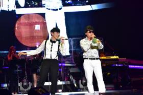 JJ Lin (left) performing viral hit Unbelievable with local actor Chen Tianwen (right) on stage at the former's concert.