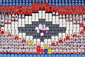 Bundesliga side Hamburg involved its staff and players from all levels at the club while taking their team photo.