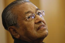 Malaysia's ex-prime minister Mahathir Mohamad is under investigation by police for allegedly defaming current leader Najib Razak.