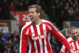 Stoke City striker Peter Crouch scored a witty comeback over a Chelsea fan on Twitter after Stoke City eliminated the Blues from the English League Cup.