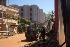 Mali troops station themselves outside the Radisson Blu hotel in Bamako which is under siege by gunmen.