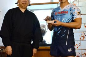 Japanese rugby star Ayumu Goromaru (right) was certified as a Master of Ninjas by former tourism agency chief Hiroshi Mizohata.