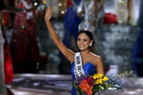 Miss Philippines Pia Alonzo Wurtzbach waves after winning the 2015 Miss Universe Pageant.