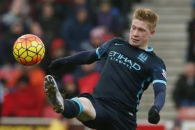 Kevin de Bruyne was left red-faced when he kicked the corner flag instead of the ball during Manchester City's 2-1 defeat to Arsenal.