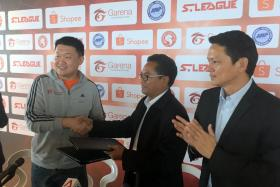Garena CEO Forrest Li shakes the hand of FAS president Zainudin Nordin after the local company inked a $4 million sponsorship deal with the Young Lions.