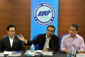 HE'S NEXT? FAS VP Lim Kia Tong (left) sitting beside FAS chief Zainudin Nordin at last year's AGM.